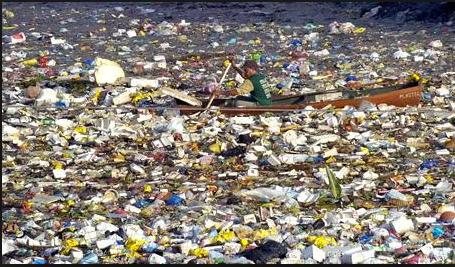 Oceanos: mais plástico que peixes em 2050, imagem de um mar de plástico no mar