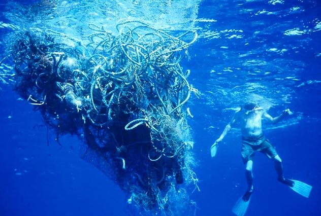 Oceanos: mais plástico que peixes em 2050, imagem de mergulhador cercado por plástico