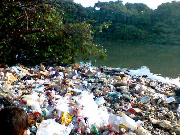 Colapso dos rios brasileiros, imagem de poluição no rio Beberibe