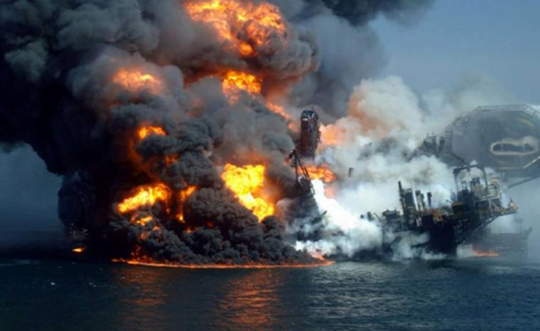 Imagem de incêndio em plataforma de petróleo