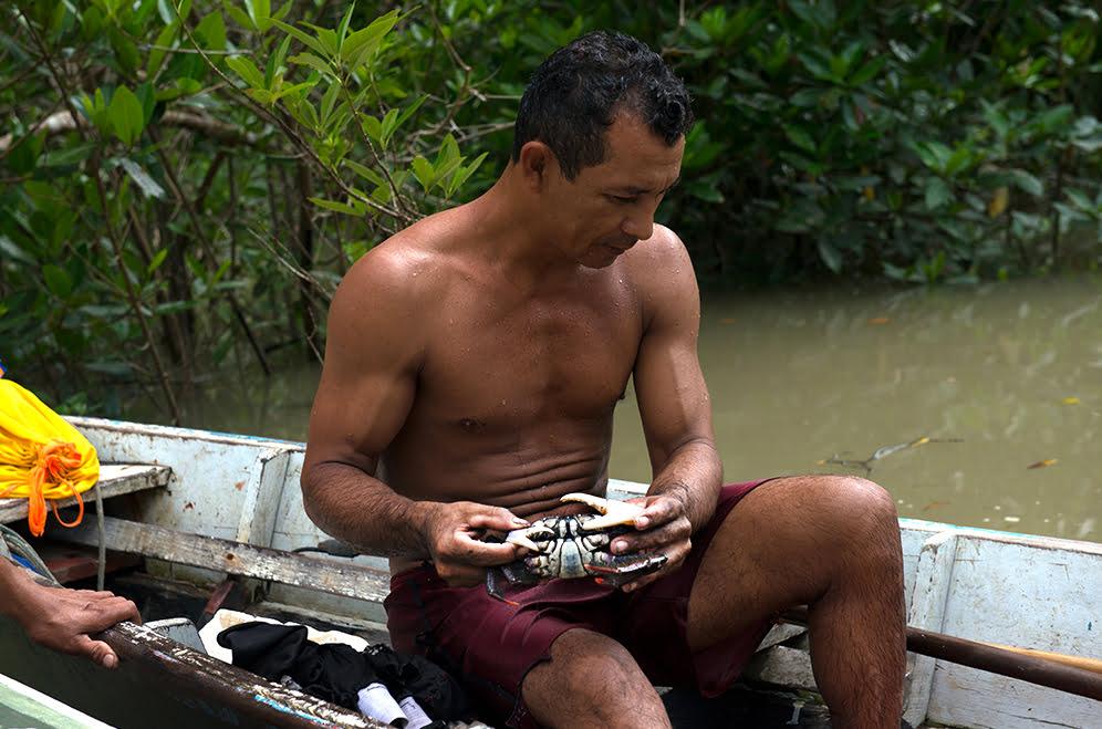 imagem de catador de carangueja na Reserva Extrativista Chocoaré - Mato Grosso