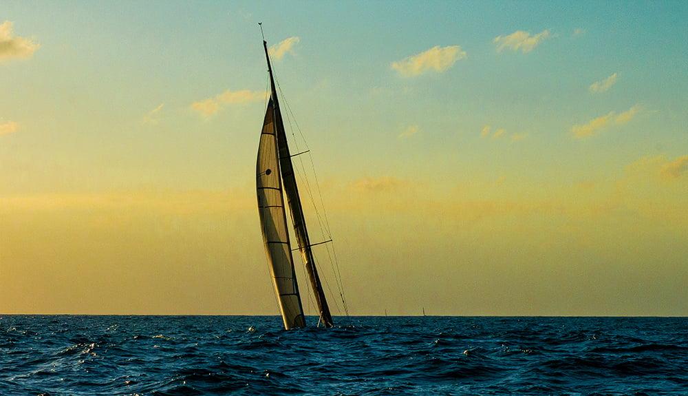 Ubatuba Sailing Week , imagem de veleiro no cavado da onda