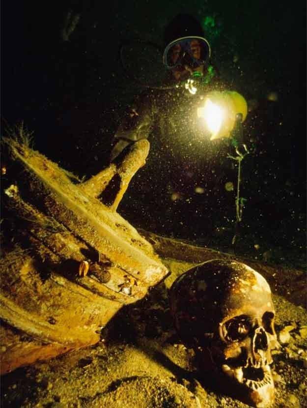 Fotos incríveis no mar, imagem de naufrágio com caveira