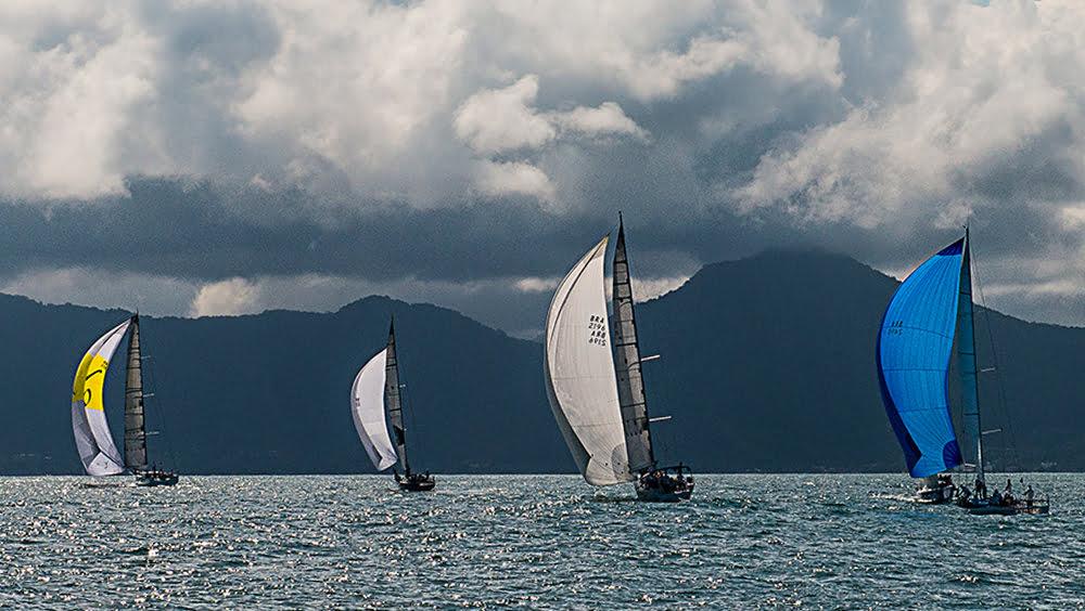 Ubatuba Sailing Week, imagem de 4 valeiros com vela balão na Ubatuba Sailing Week