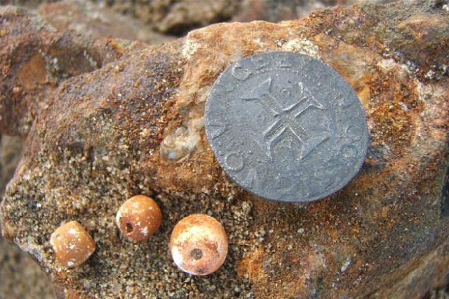 Tesouro encontrado em naufrágio, imagem de uma moeda antiga achada em naufrágio