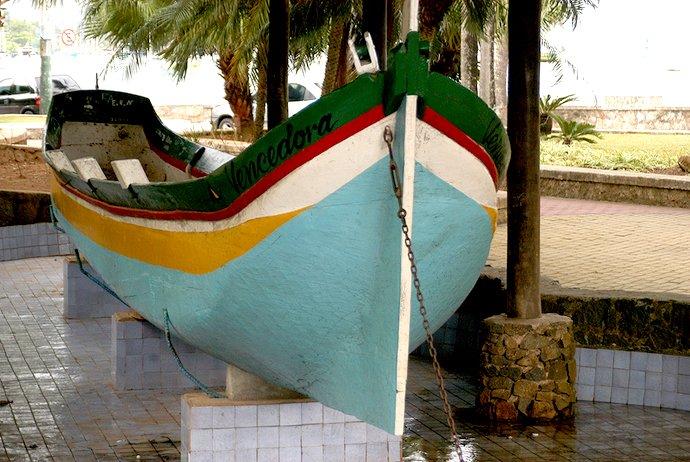 prefeito de Ilhabela, imagem da centenária canoa de voga Vencedora