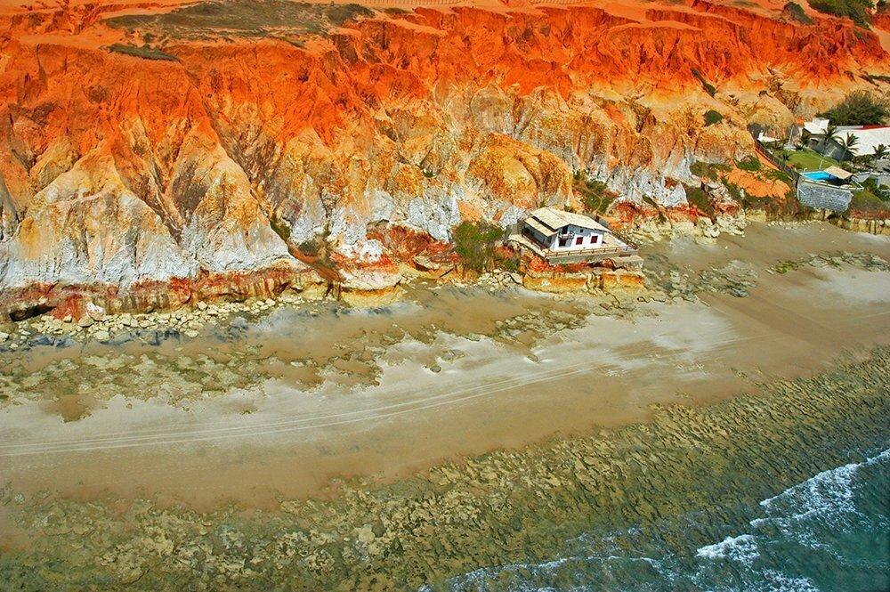 Falta fiscalização no litoral do Brasil, imagem de falésia ocupada por casas