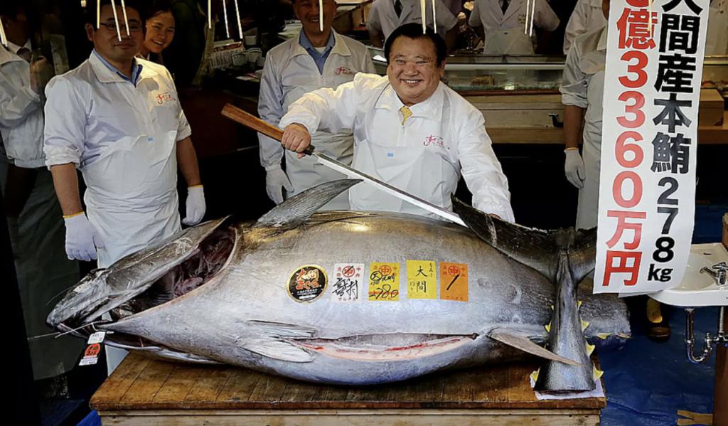 imagem de atum sendo cortado no merca do tókio