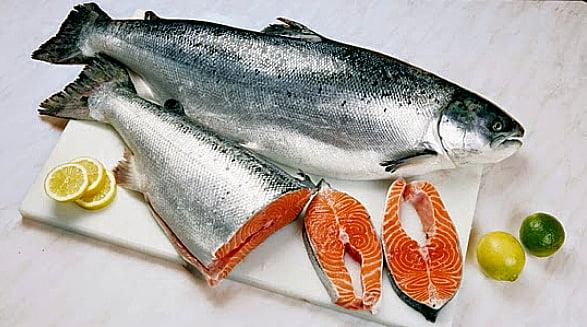 salmao, imagem de um salmão numa tábua