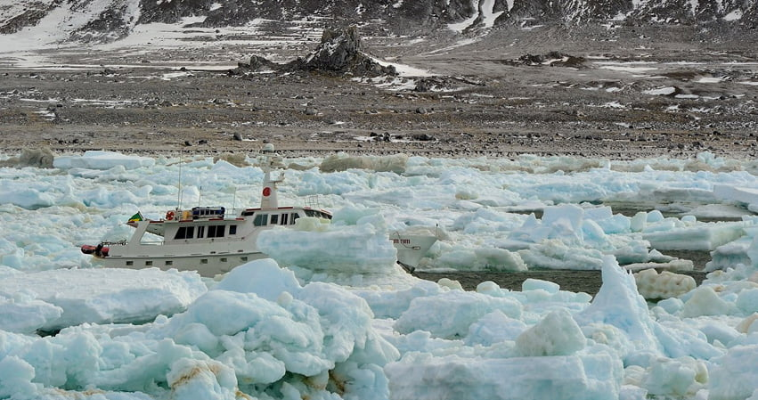 Reconstrução da Estação Comandante Ferraz, imagem do barco mar sem fim aprisionado no gelo, Antártica-