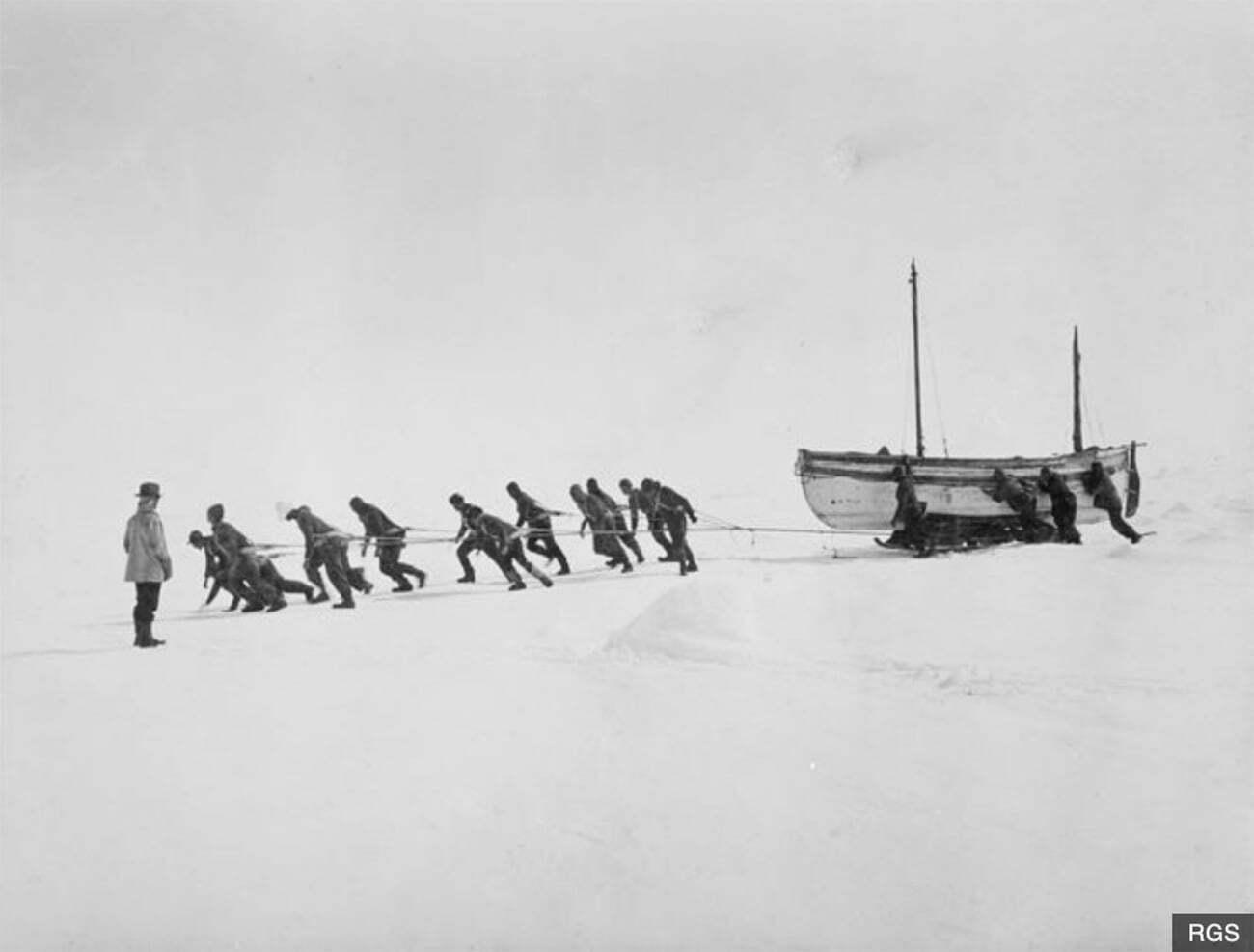imagem da tripulação de puxando um bote na banquisa de gelo