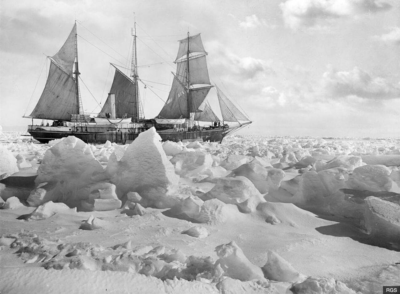 imagem do navio Endurance, de Ernest Shackleton, preso no gelo