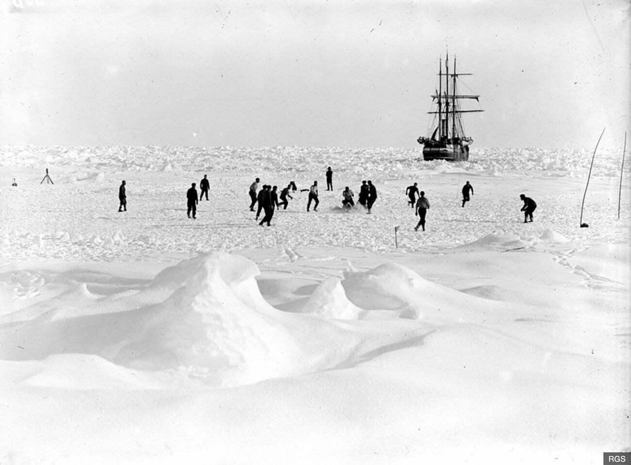 Imagem da tripulação de Ernest Shackleton jogando futebol no gelo