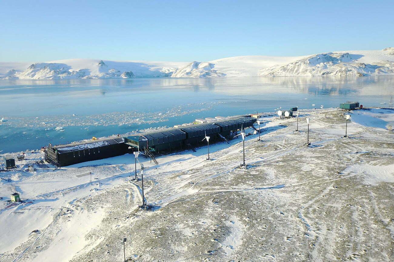 imagem de geradores eólicos da nova base brasileira na Antártica