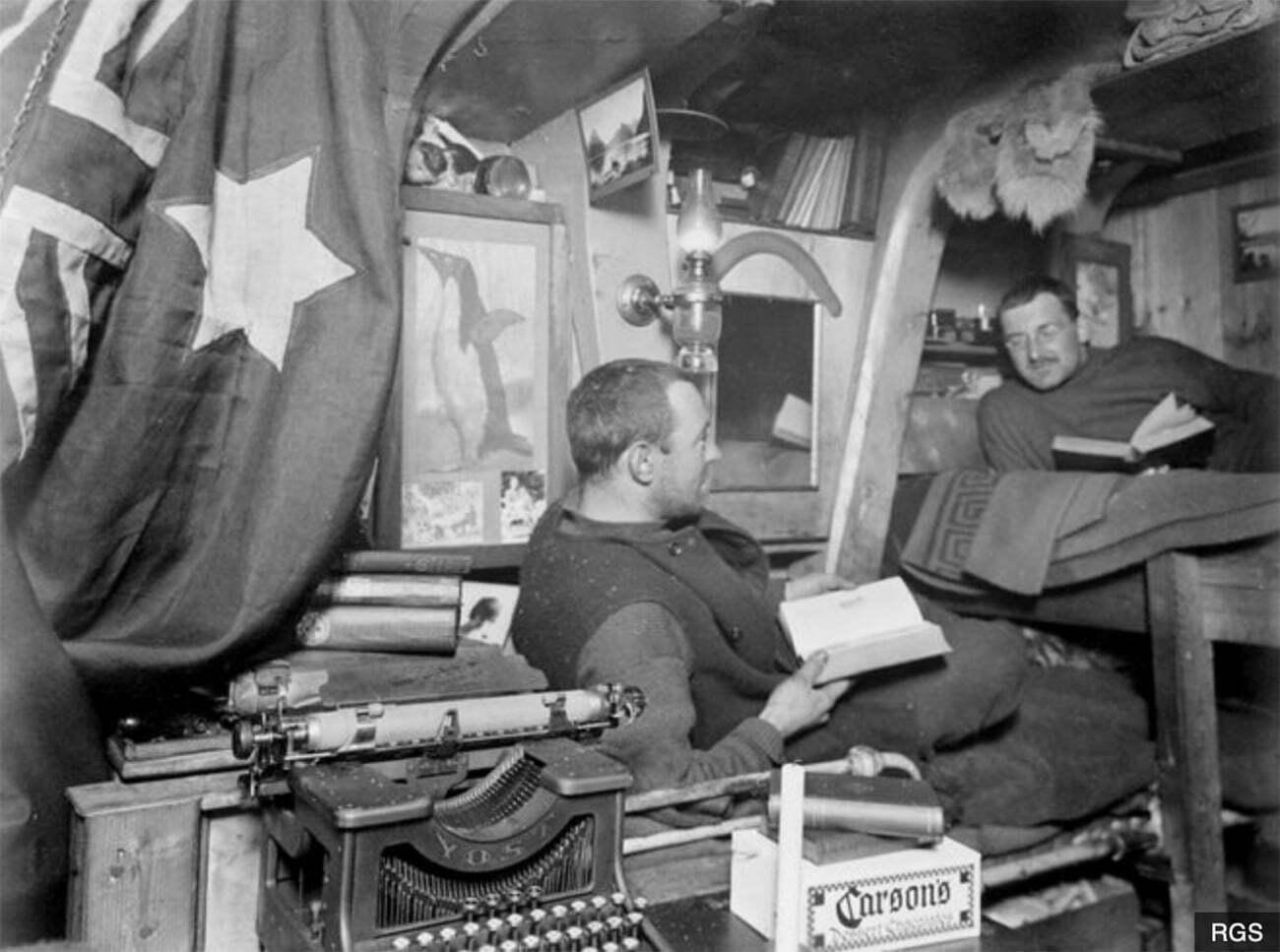 imagem da cabine do endurece com dois tripulantes