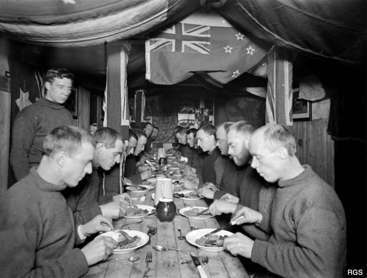 imagem da tripulação de na mesa de jantar foi Endurance