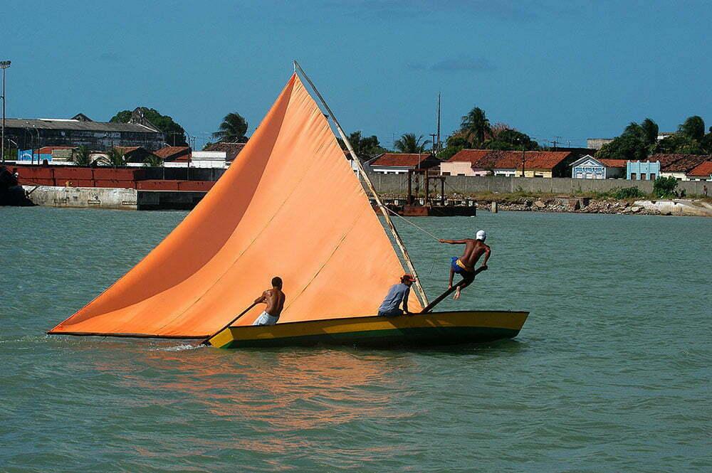 imagem de canoa tradicional à vela no rio paraíba do norte