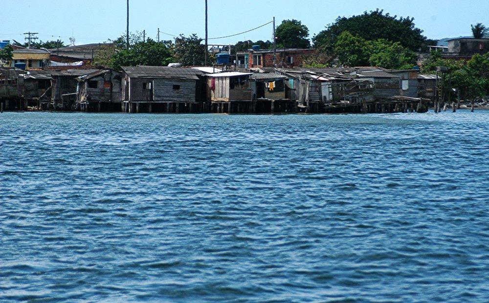 Litoral de São Paulo e saneamento, imagem de favelas no porto de santos