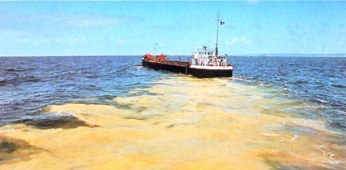 imagem de navio mercante que descarta lixo no mar