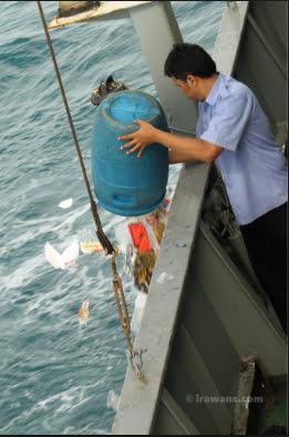 imagem de lixo jogado no mar por navio