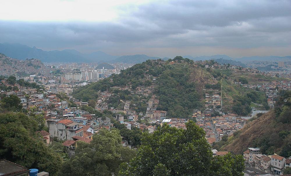 imagem de favelas no entorno da baía de gunabara