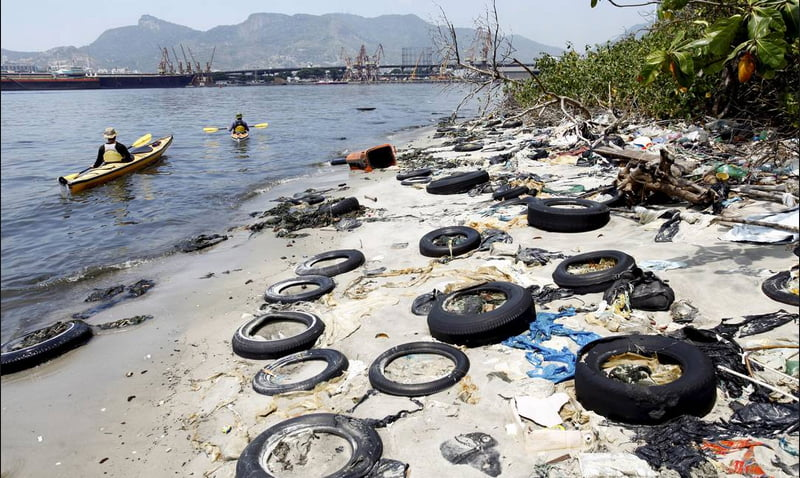 baía de guanabara, imagem de praia poluída na baía de guanabara