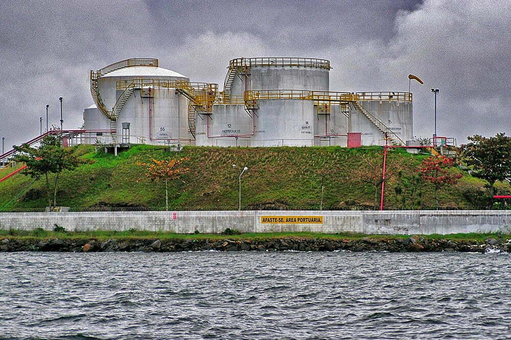 baía de guanabara,imagem de refinaria dentro da baía de guanabara