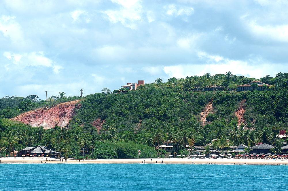 Sul da Bahia, campeão em desmatamento da Mata Atlântica, imagem de erosão em falésia de porto seguro