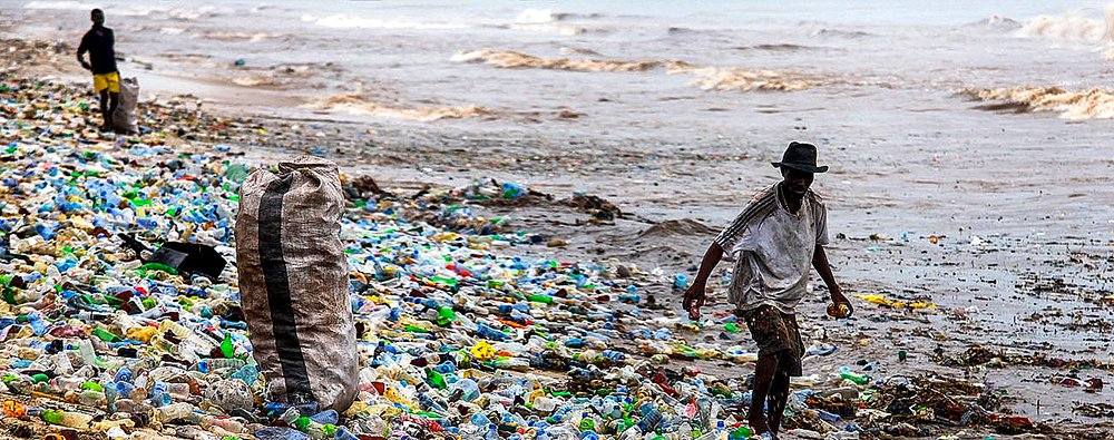 imagem de praia de Gana repleta de lixo plástico