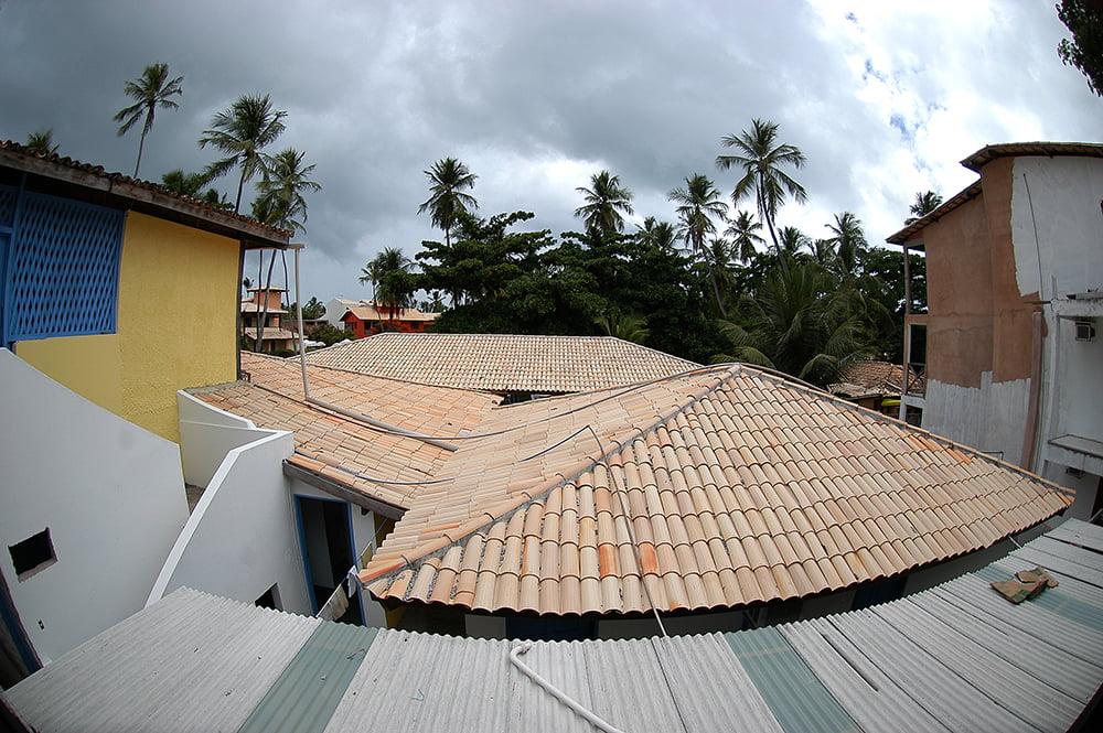 Sul da Bahia, campeão em desmatamento da Mata Atlântica, imagem de casas na praia do Forte, Bahia