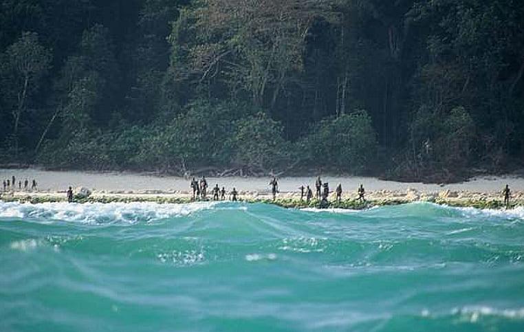 Descoberta a ilha Utopia: Sentinela do Norte, Índico, imagem de habitantes da ilha sentinela do norte