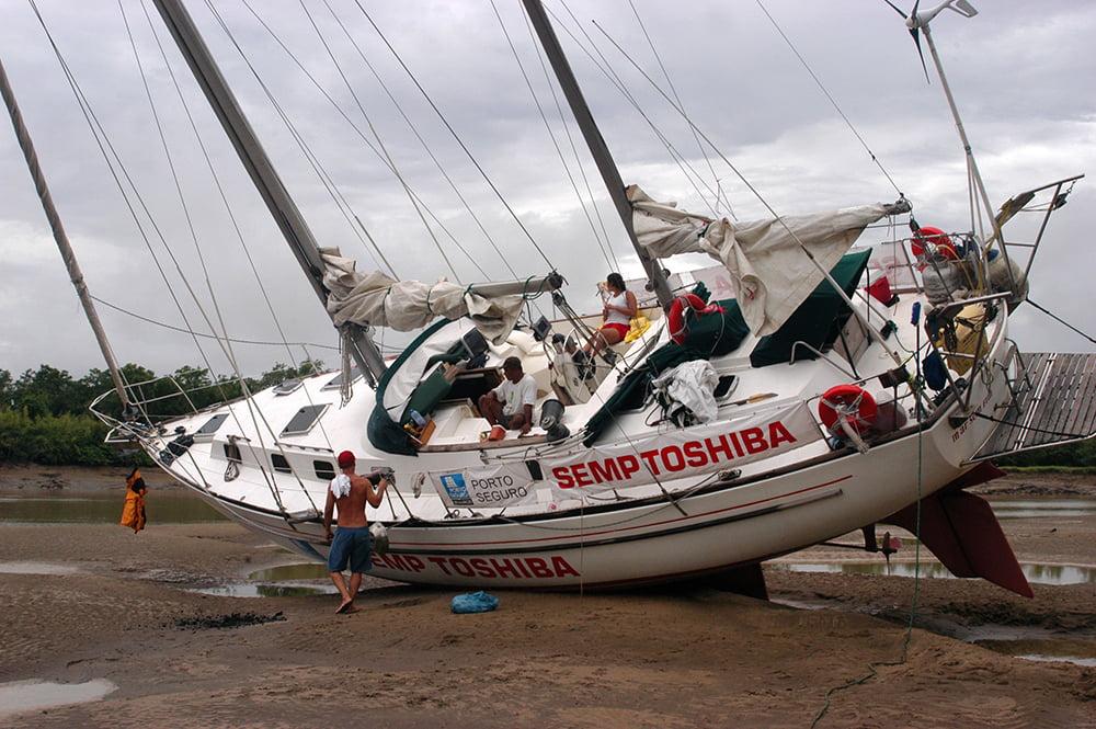 imagem do veleiro mar sem fim encalhado no litoral do Amapá
