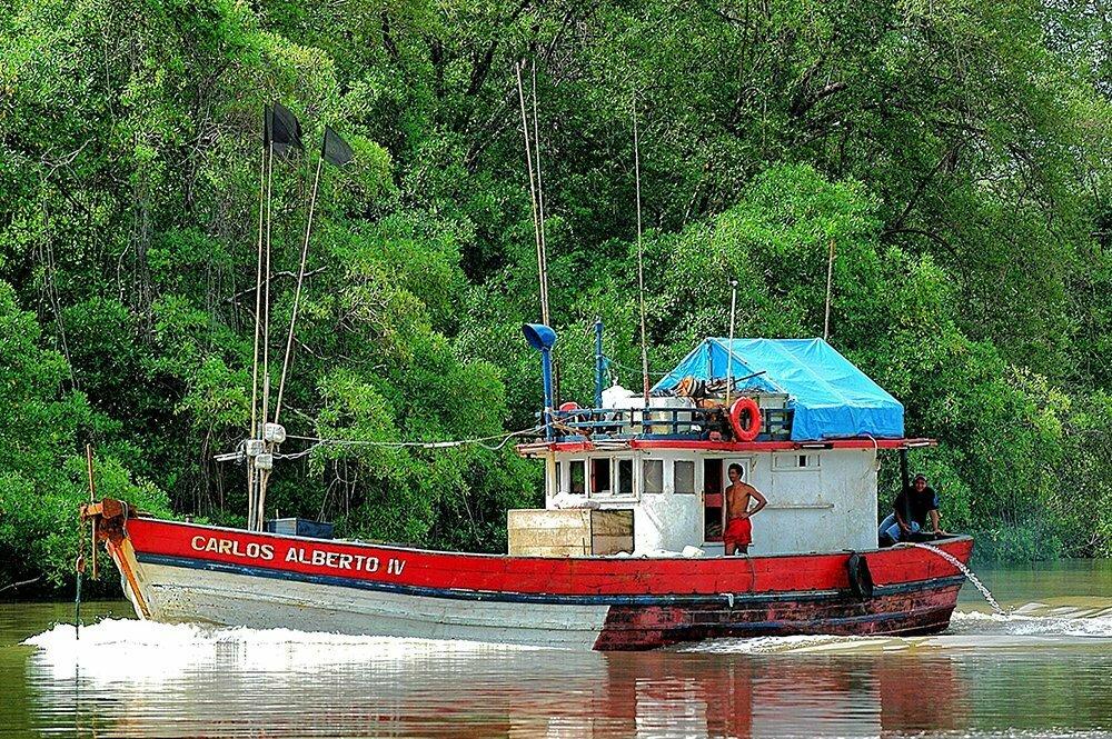imagem de pesqueiro no rio Caeté durante a viagem do Litoral de Belém, no Pará, até São Luís