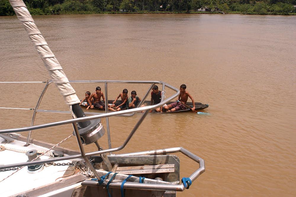 Litoral de Macapá até Belém. imagem de canoa amazonense com crianças