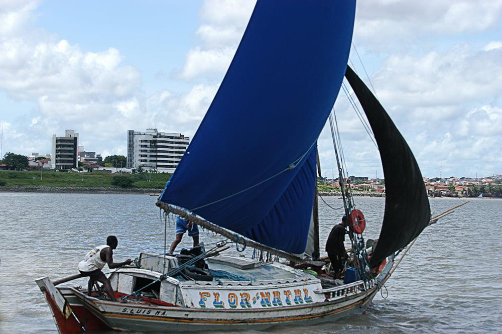 imagem de canoa costeira no litoral de São Luís