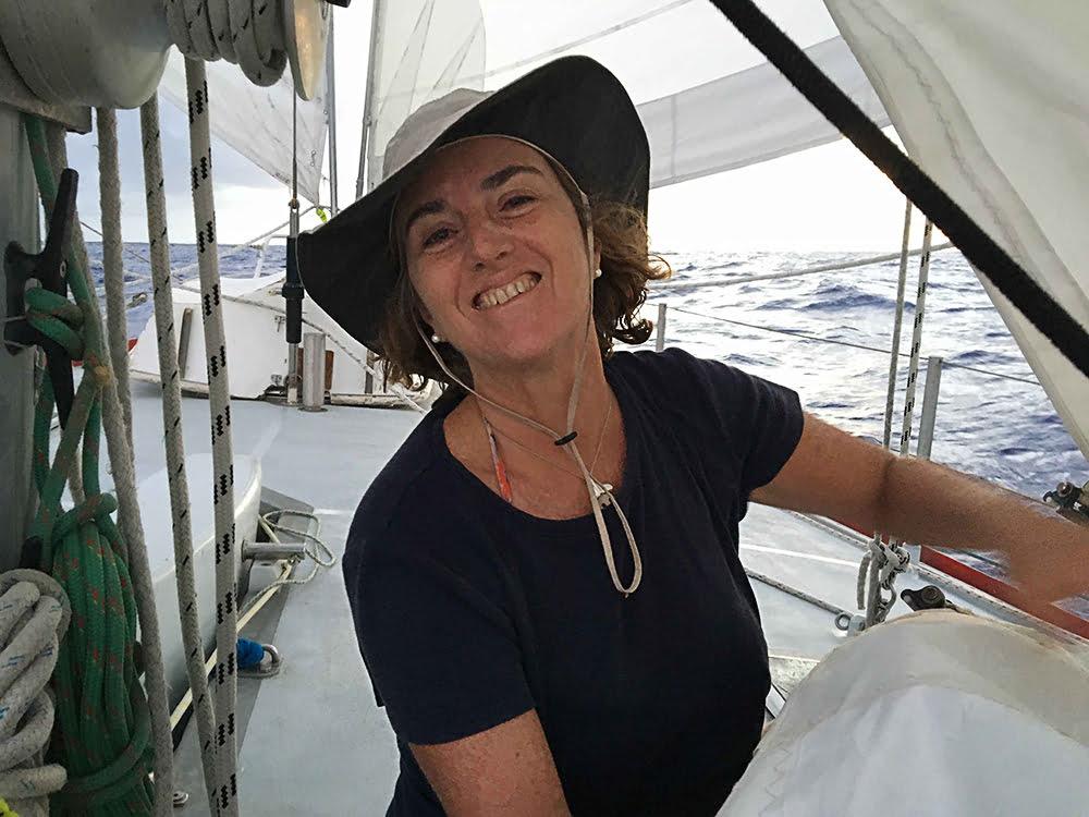 Viagem da Kika, diário de bordo Nº 7, imagem de Kika costurando a vela mestra