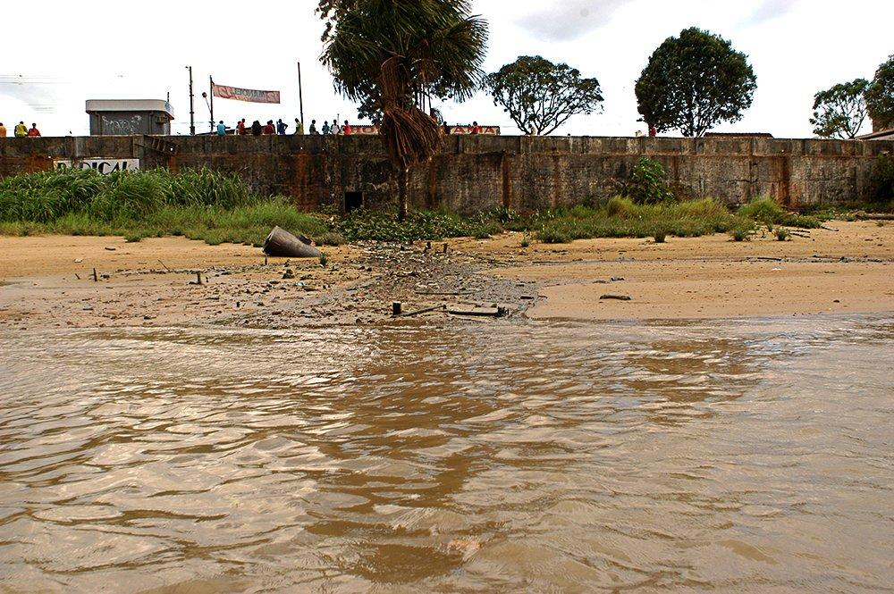 O litoral do Amapá, imagem de esgoto despejado no rio