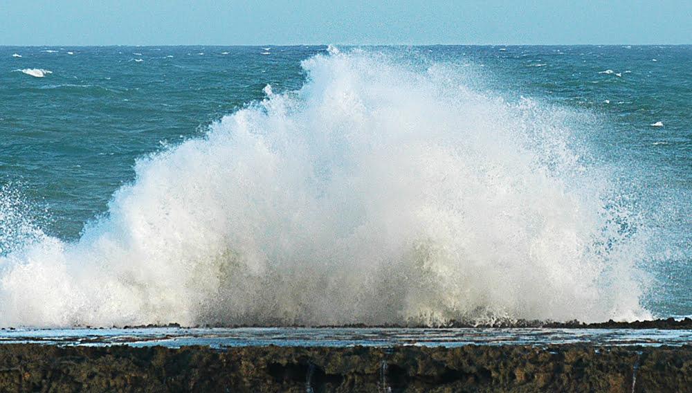 Mudança climática e Brasil, imagem de onda explodindo em costão