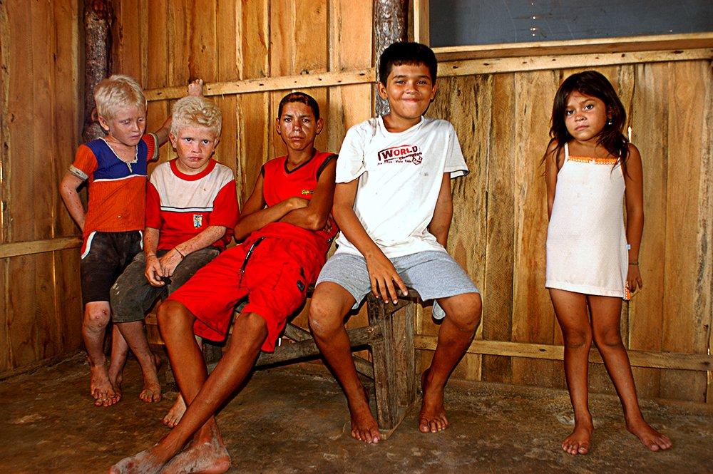 Litoral norte do Maranhão, imagem de meninos albinos da ilha dos Lençóis