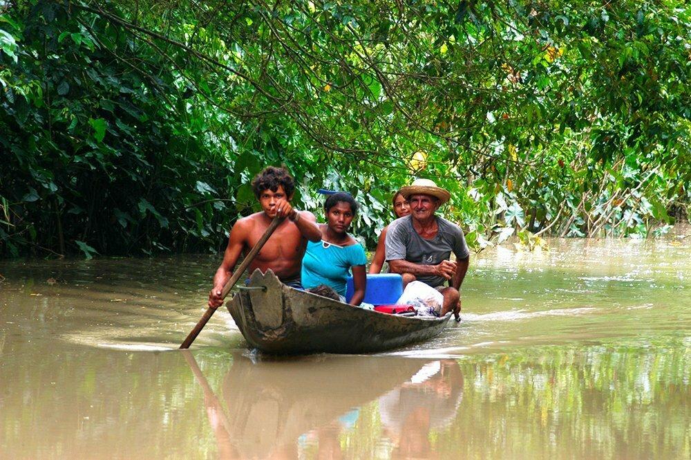 imagem de família em canoa no litoral do Amapá,