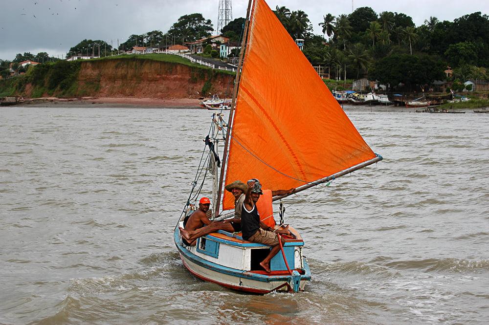 imagem de barco à vela no Litoral de Belém, no Pará, até São Luís