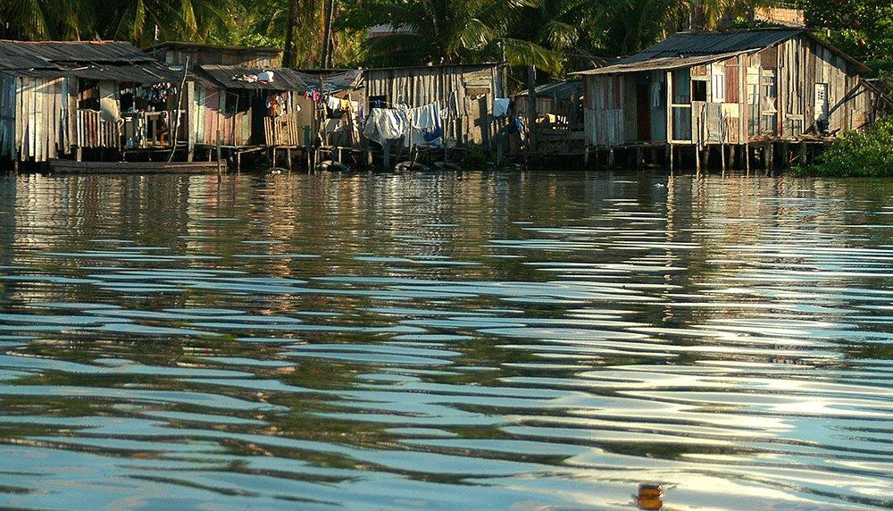 Mar brasileiro, imagem de favelas no Recife
