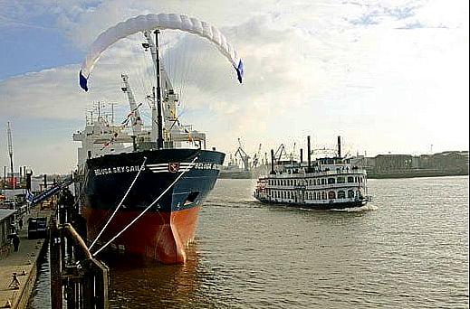 Navio movido a energia eólica, foto de navio de carga com vela kite