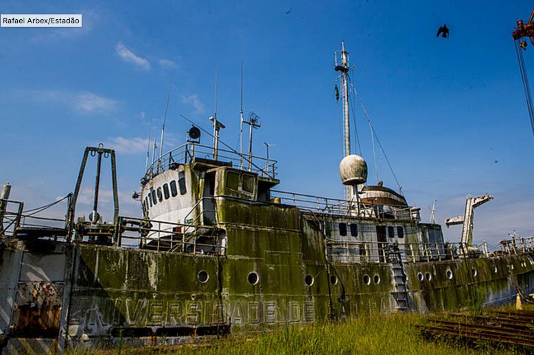 imagem do navio Navio Prof. W. Besnard abandonado no porto de Santos