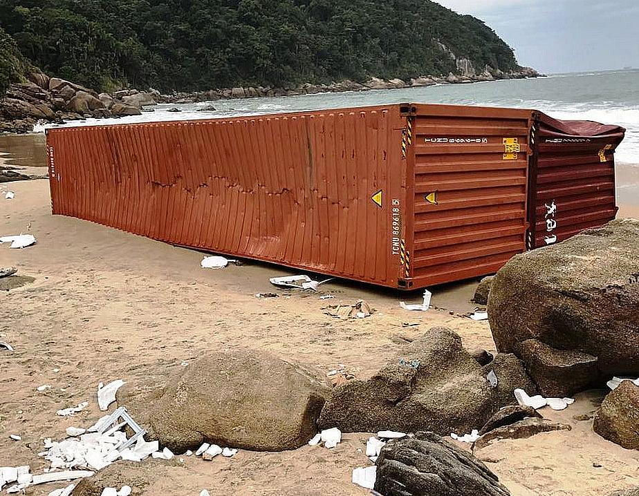 navio derruba contêineres, imagem de contêiner do navio Log in Pantanal em praia de santos