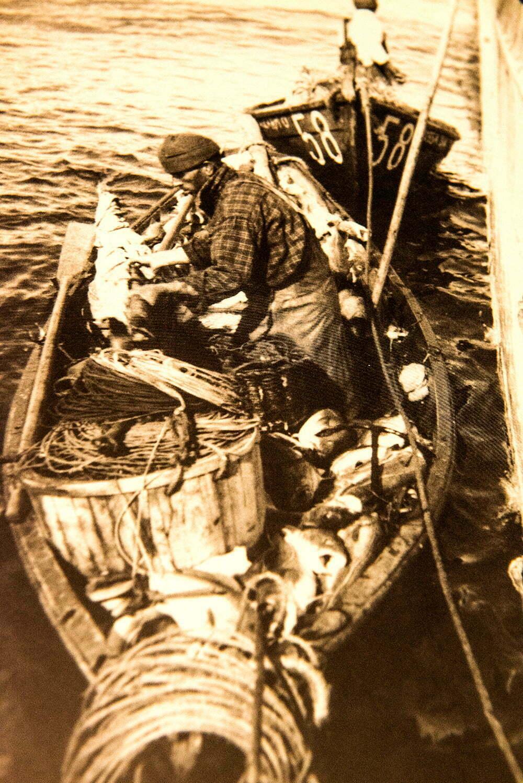 imagem de pescador de bacalhau em um bote