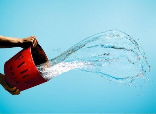 ilustração de balde jogando água em alusão ao Brasil, a Iniciativa Azul
