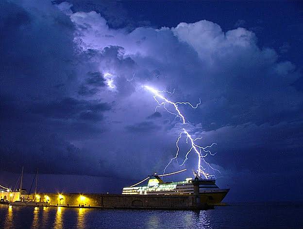 imagem de navio em tempestades elétricas