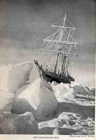 imagem do Endurance preso no gelo.