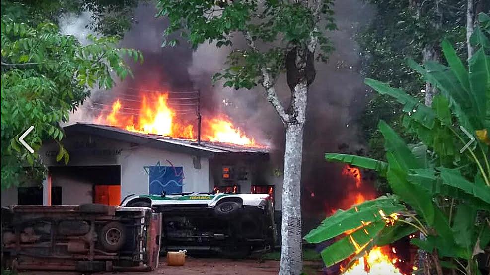 Imagem da sede do ICMBio em Humaitá em chamas